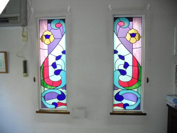 市川市内、シンメトリーなステンドグラス オーダーメイド 新築