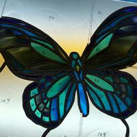 ステンドグラスの蝶は細かいです