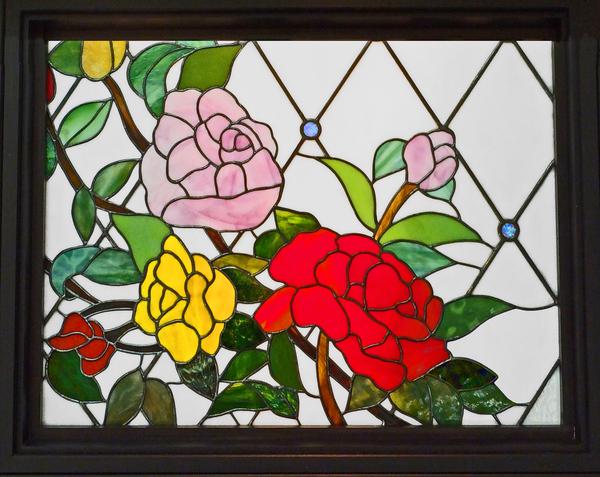 吹き抜け窓に設置ステンドグラス 愛する家族へ、オーダーメイドの薔薇のパネル
