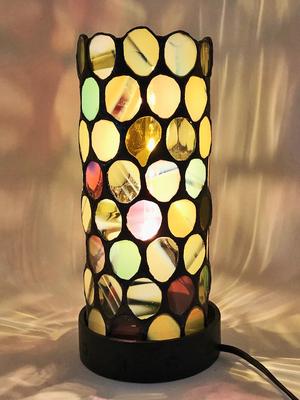 円筒形の卓上ランプ