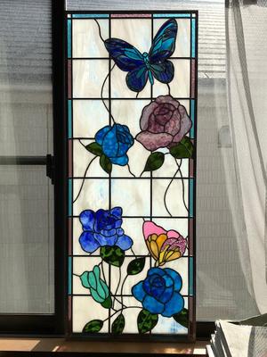 青いバラと蝶々のステンドグラス